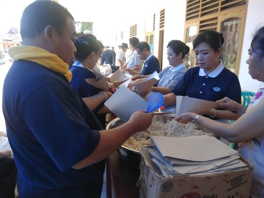 慈濟志工將台灣送去的香積飯烹調成當地口味,民眾除了驚訝用水就能泡飯,也對香積飯的美味讚不絕口。(圖/慈濟印尼分會提供)