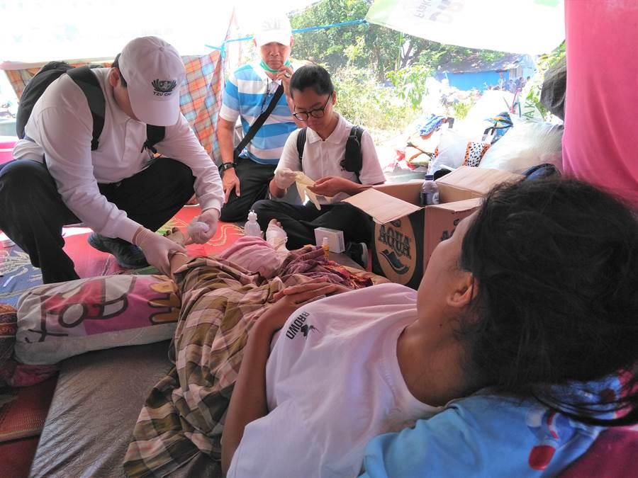 印尼慈濟人醫會在災區義診,傷者走不出來,慈濟人醫會醫護人員走進避難所。(圖/慈濟印尼分會提供)