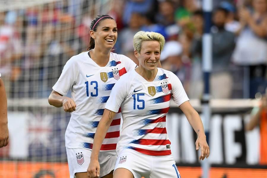 美國女足中場球員拉皮諾(右)痛批FIFA重男輕女,根本沒有真的在乎女足運動。(拉皮諾臉書翻攝)