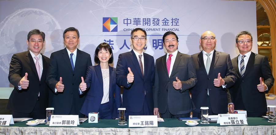 開發金16日召開法說會,由總經理王銘陽(中)率旗下凱基銀、凱基證、開發資本經營高層出席。(業者提供)