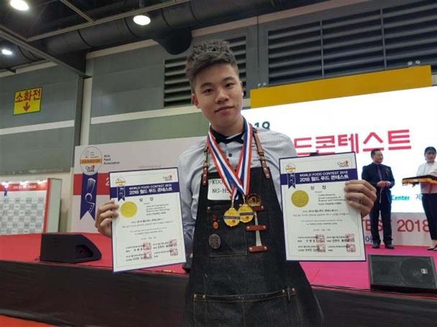 景文科大學生郭宗鑫榮獲咖啡拉花金牌、手沖咖啡金牌雙金榮耀。(景文科技大學提供)