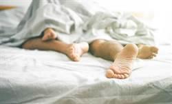 瞄到牌咖女友裸睡凍末條  男打麻將偷上床詐胡