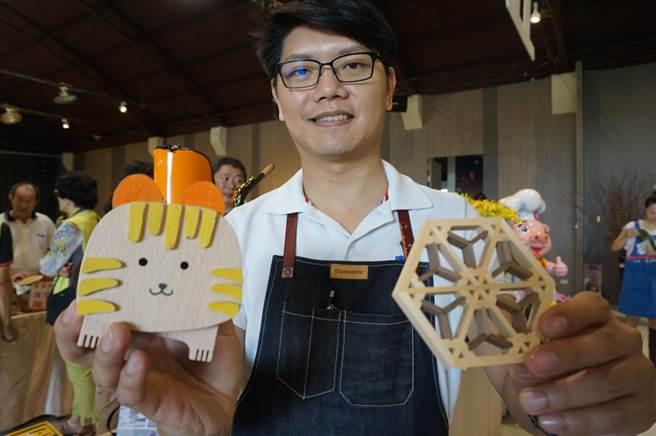 木匠兄妹推出DIY杯墊及石虎存錢筒,體驗價分別為450元及650元。(王文吉攝)