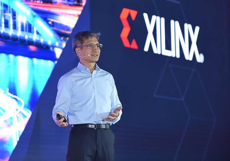 賽靈思總裁暨執行長Victor Peng在北京舉行的賽靈思開發者大會上宣布「打造靈活應變、萬物智慧的世界」為題的主題演講,並隆重推出針對人工智慧與資料中心的兩款重要產品Versal 及Alveo,展示了賽靈思人工智慧加速及資料中心優先策略的強大執行力和創新能力。(業者提供)