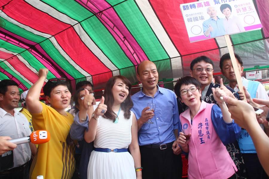 韓國瑜日前出席鳥松里社區重陽節餐宴,受到熱情民眾高喊凍選。(資料照片 林雅惠攝)