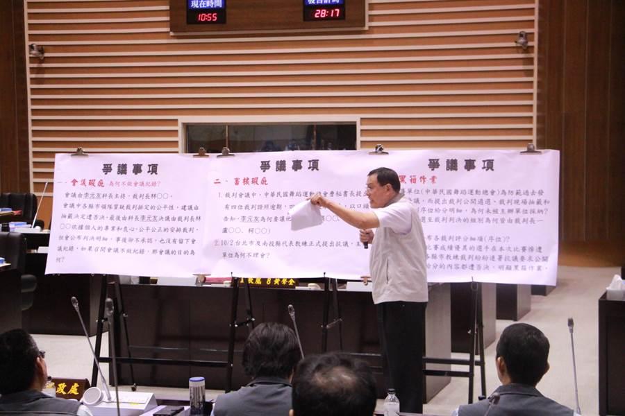 議員禹耀東強力批判全民運動會的舞蹈項目爭議。(何冠嫻攝)