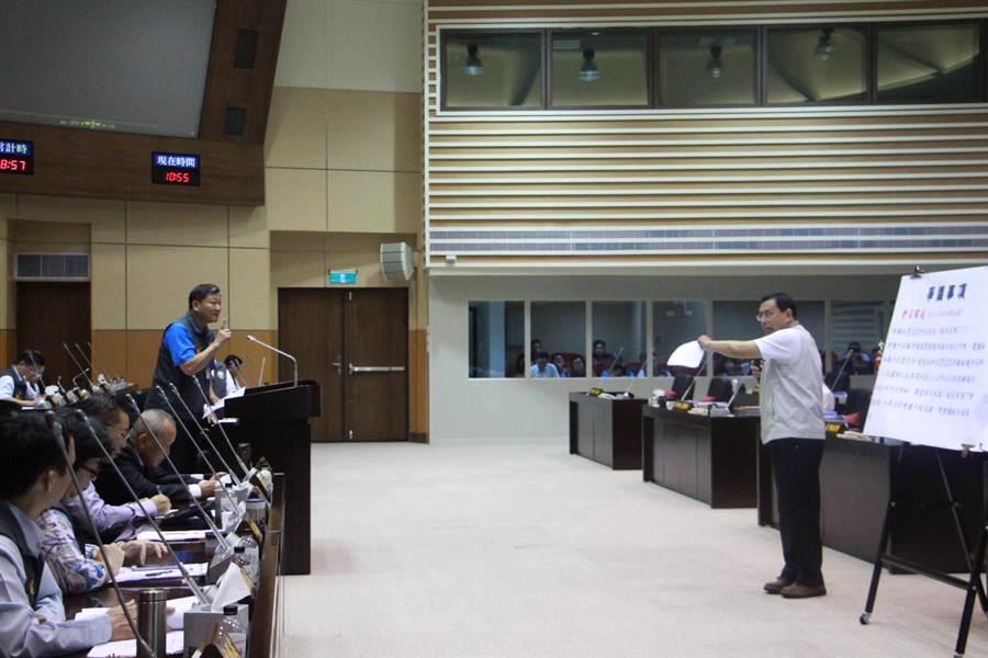 議員禹耀東17日斥責今年全民運動會的爭議。(何冠嫻攝)