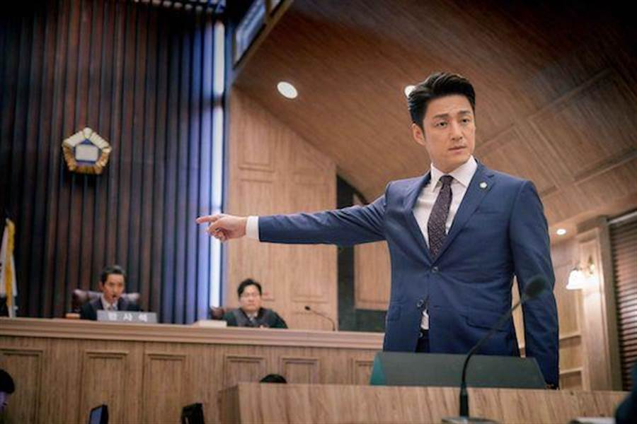 池珍熙扮演律師。(中天提供)