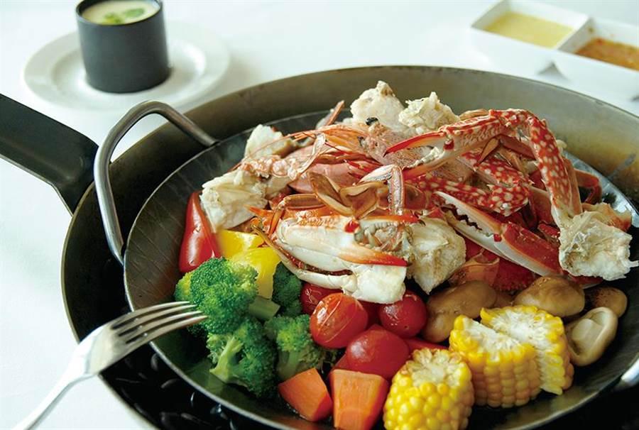 異料理「秋花艷賞」主題套餐還有大氣豪邁的「時令海鮮盤」。(圖/台中亞緻)