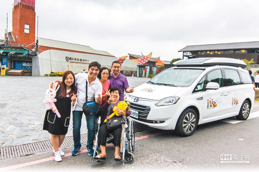華創車電李紹豪(左二)與大哥帶著妻子一同陪著媽媽(前)小旅行,後方正是李紹豪參與設計的「Luxgen V7 Eco Hyper」,亦是台灣國產第一台全齡福祉車。(裕隆提供)