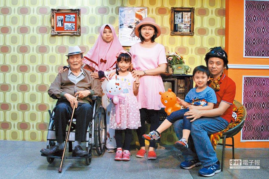 格上租車周金龍(右一)與妻小陪著90高壽的爸爸(左一)一起變裝,拍下懷舊風情的全家福照。(裕隆提供)