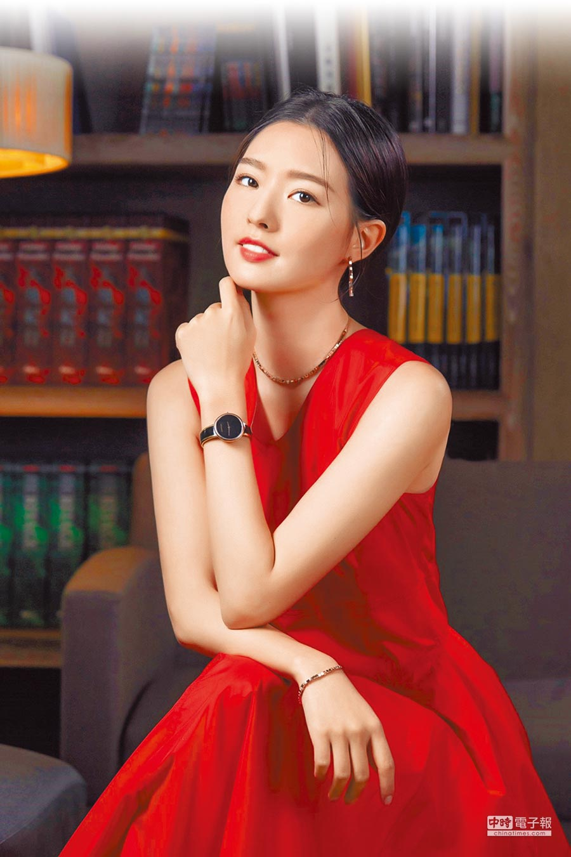 新生代女星陳語安穿CALVIN KLEIN紅洋裝,搭配時尚性感的Seduce誘惑系列腕表,1萬200元。(CALVIN KLEIN提供)