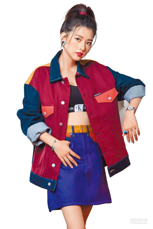 新生代女星陳語安即將「入宮」演出清宮劇,以CALVIN KLEIN街頭運動風搭配Cheers歡暢系列腕表。(CALVIN KLEIN提供)