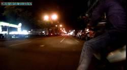 偷車伯狂飆25公里 擲安全帽 還出無影腳踹警車