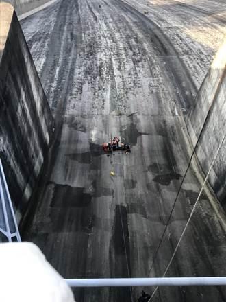 男子墜落石門水庫性命垂危 消防隊伸吊臂機救援中