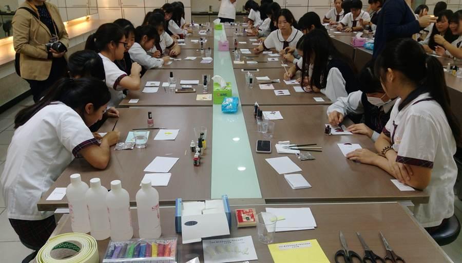 光復學生教導日本學生藝術美甲手繪創作體驗。(陳育賢攝)