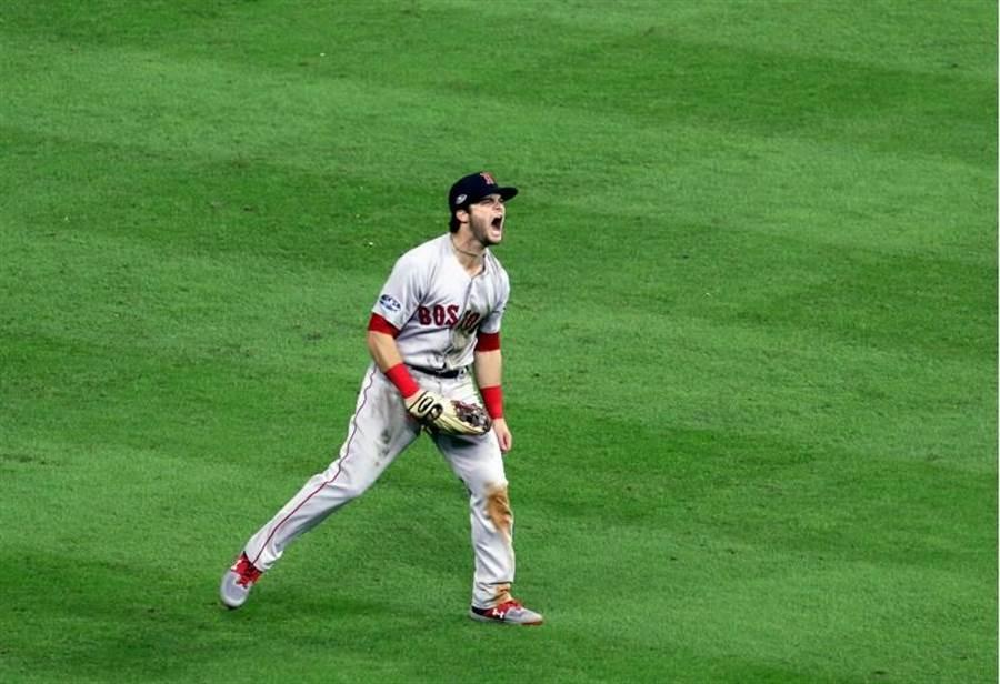 紅襪左外野手貝寧坦迪(Andrew Benintendi) 以美技撲接化解球隊的失分危機。(路透)