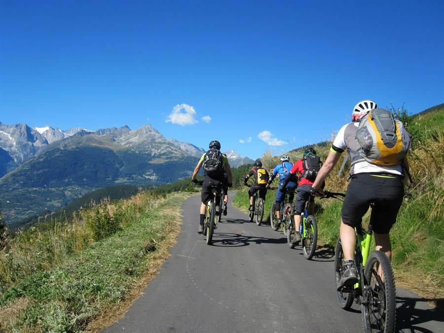 旅客能在夏秋季時,在瑞士策馬特來趟登山健行或騎乘腳踏車,欣賞馬特洪峰的壯麗風貌。(圖自2017-from-pxhere)