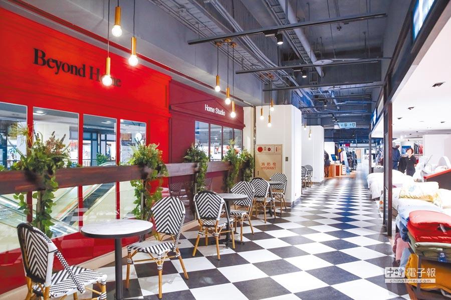 比漾廣場5F Beyond Home,彩色牆面和黑白拼接地面、桌椅,營造歐洲風格,是賞心悅目的人文風景,也是歇腳停留的休憩空間。(蘇蔓攝)