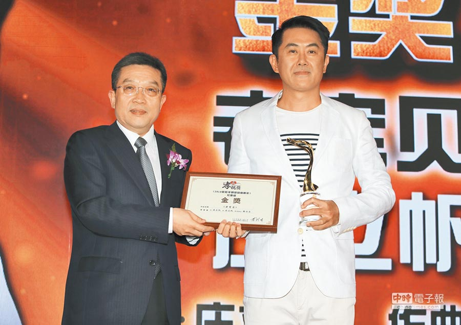 10月17日,第二屆旺旺孝親獎社會組金獎得主莊立帆(右)與頒獎人上海市委常委鄭鋼淼合影。(粘耿豪攝)