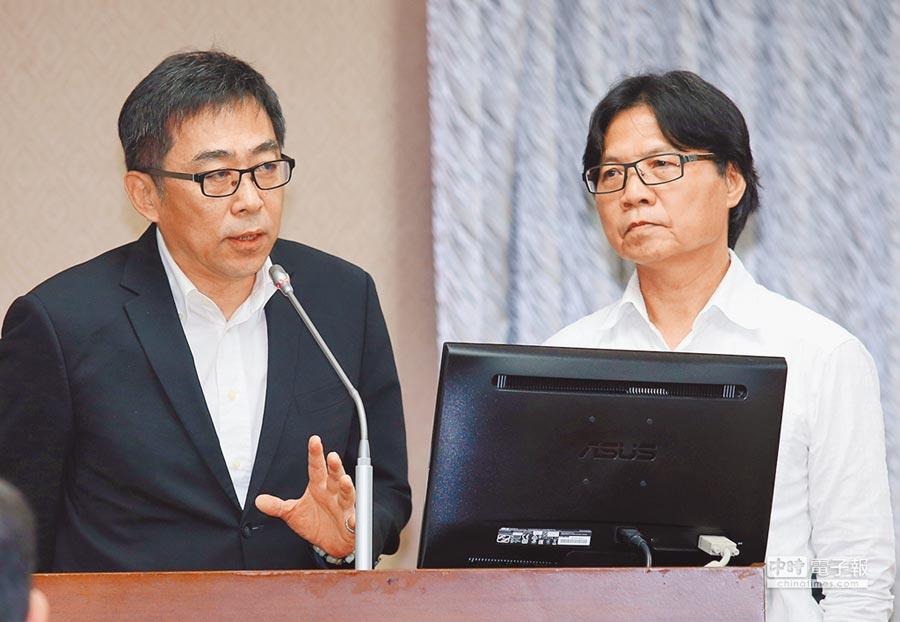 5月30日,移民署長楊家駿(左)就審核大陸官員來台申請案答詢。右為內政部長葉俊榮。(本報系記者陳信翰攝)