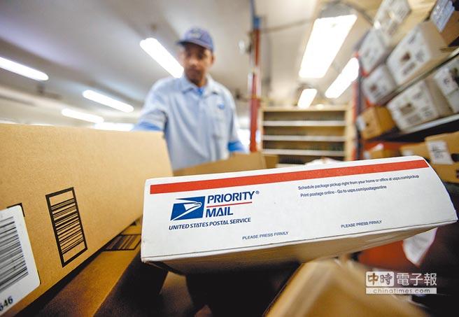 美國總統川普對萬國郵政聯盟對發展中國家制定的優惠費率不滿,決定退群。圖為美國郵局工作人員正在對郵件分類。(美聯社)