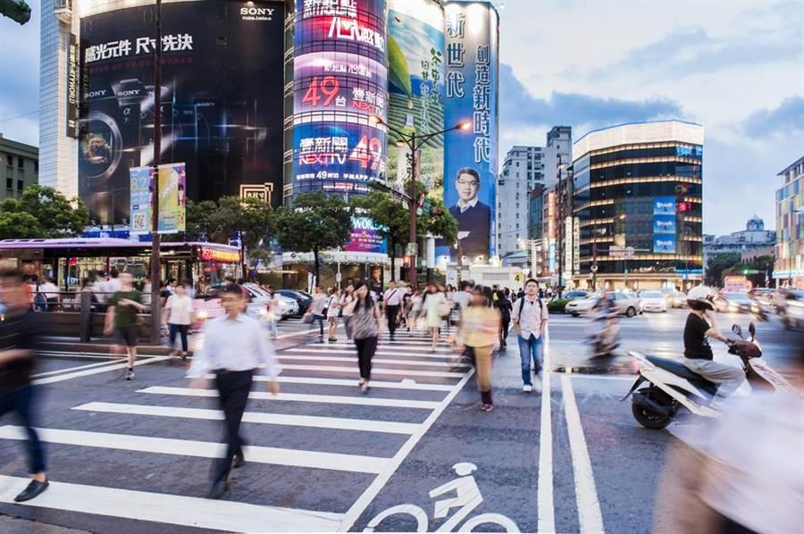 在大陸遍撒惠台措施後,全國產業總工會憂心,台灣年輕人走了,資本家走了,專業人才也走,台灣變成老人島,誰要繳稅?圖為台北街頭。(達?#23621;?#20687;/shutterstock)