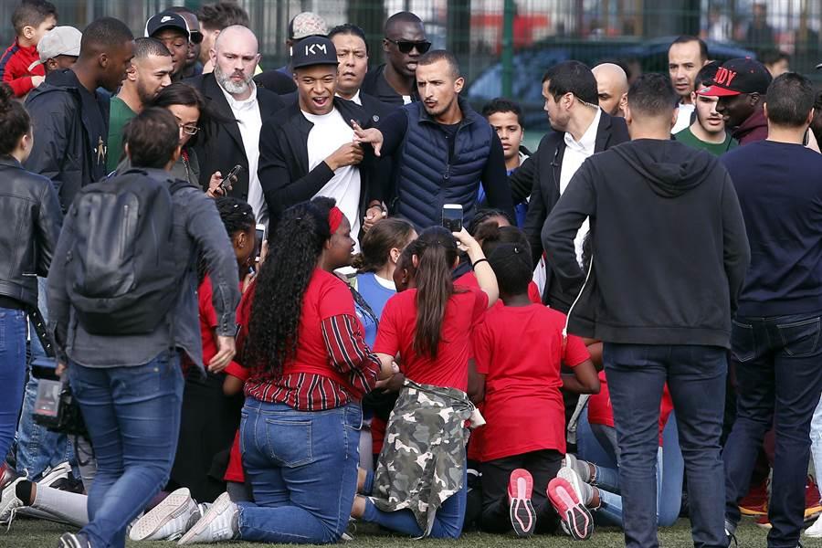 姆巴佩回到家鄉慶祝世足冠軍,被大批球迷簇擁。(美聯社)