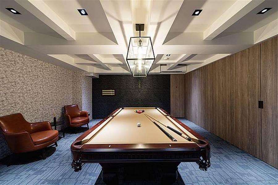 頂樓設置撞球間,室內設計猶如私人俱樂部,隱密性高。(圖/馥華雲鼎 提供)