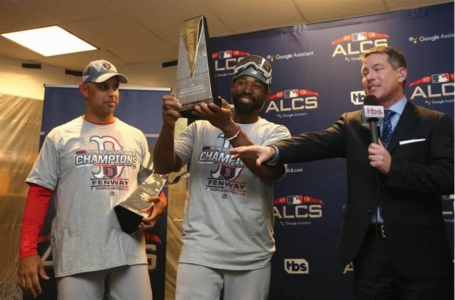 紅襪總教練柯拉(左)與美聯冠軍賽MVP小布雷德利。(路透)