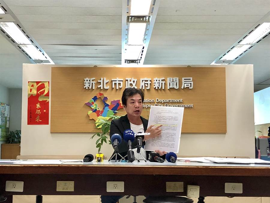 新北市環保局長劉和然多次召開記者會提出深澳電廠決策的專業質疑。(葉德正翻攝)