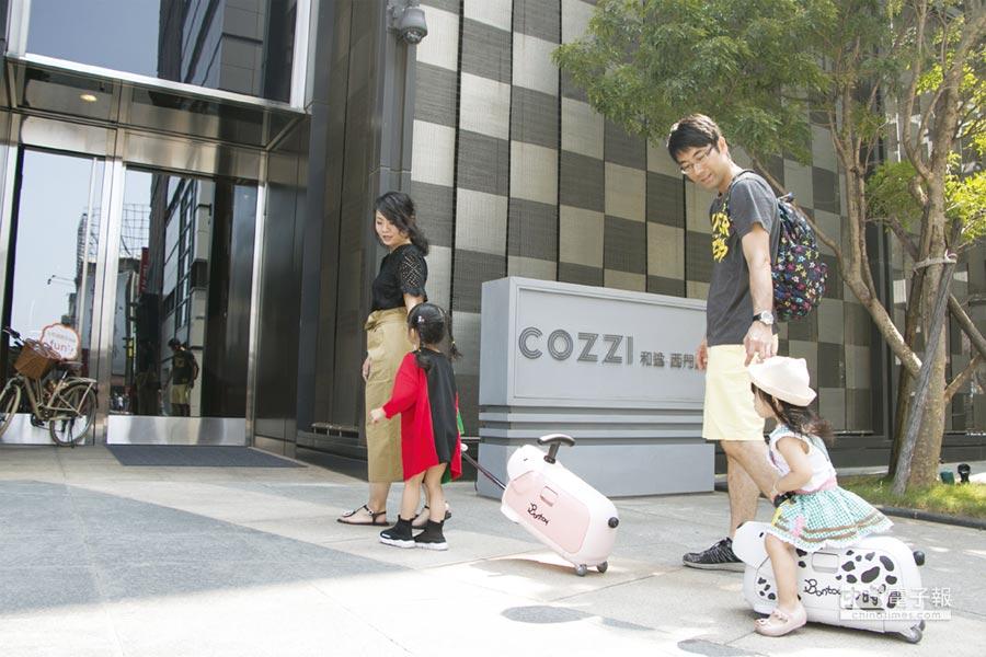 入住HOTEL COZZI和逸飯店「一騎去旅行」親子住房,小朋友可免費獲Bontoy騎乘式行李箱和荷蘭進口餐具組。圖/和逸飯店提供
