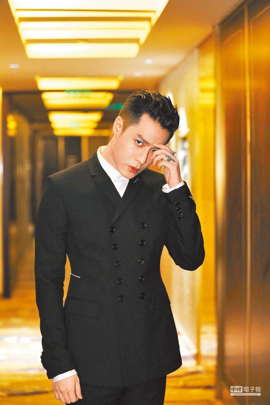 周湯豪穿上要價20萬元的西裝,帥氣出席時尚活動。