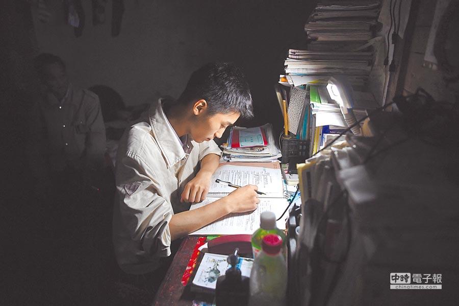 大陸高考生挑燈夜讀。(中新社資料照片)