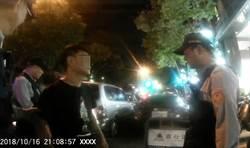 男子開車遇警車 心虛「丟白包」露餡