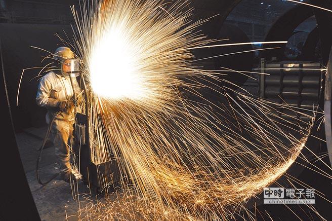 大陸第3季GDP比去年同期成長6.5%,為2008年全球金融危機後的新低。圖為山東青島中海油員工在切割海上石油平台預製鋼結構工件。(新華社資料照片)