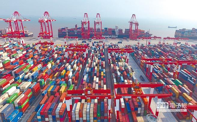 大陸出口在前3季成長6.5%,加快1.8個百分點,表現亮眼。圖為上海洋山深水港四期自動化碼頭。(新華社資料照片)