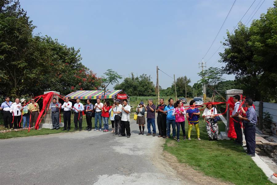 臥龍山發展協會把「龍巖糖廠」(右)、「糖廠村」(左)石碑重新豎起,20日重新揭牌,象徵糖廠村回來了。(周麗蘭攝)