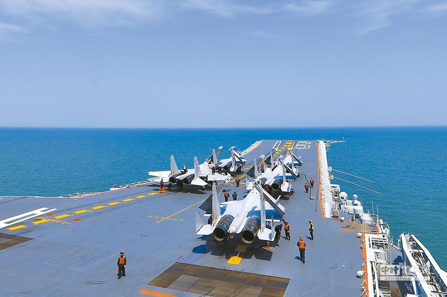 解放軍殲-15戰機在遼寧艦等待轉運。(中新社資料照片)