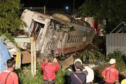 圖輯》台鐵普悠瑪列車翻覆 徹夜吊掛確認有無傷者