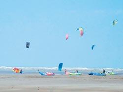 喜乘大安風 風箏衝浪競賽秀絕技