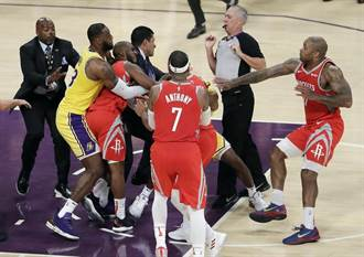 NBA》第一時間抱住保羅 詹姆斯解釋避免衝突擴大