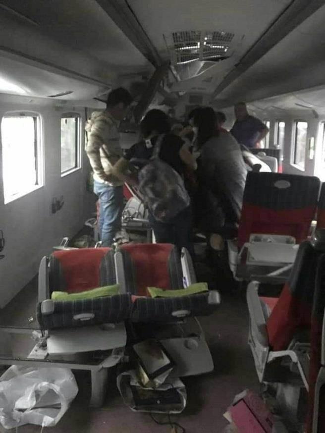 列車翻覆後,車上乘客拍下列車上混亂的畫面。(圖/取自朱總臉書)