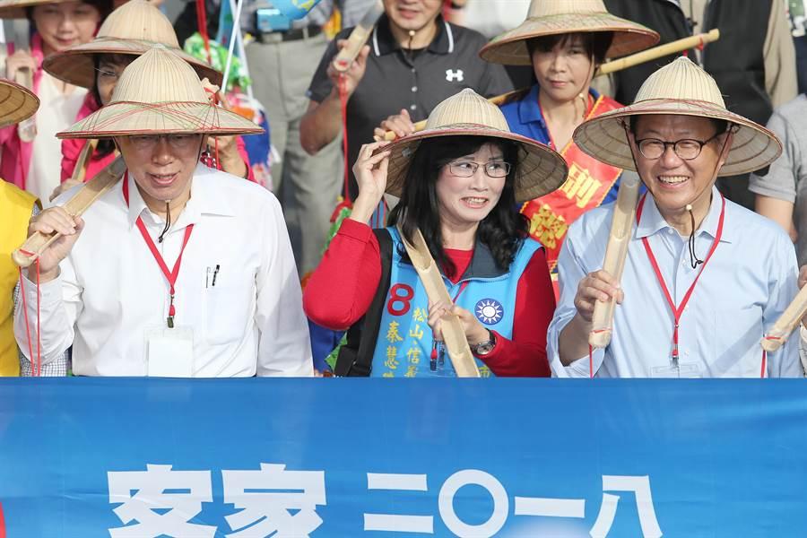 台北市長柯文哲(左)與國民黨台北市長候選人丁守中(右)一同帶領踩街大隊前進。(黃世麒攝)