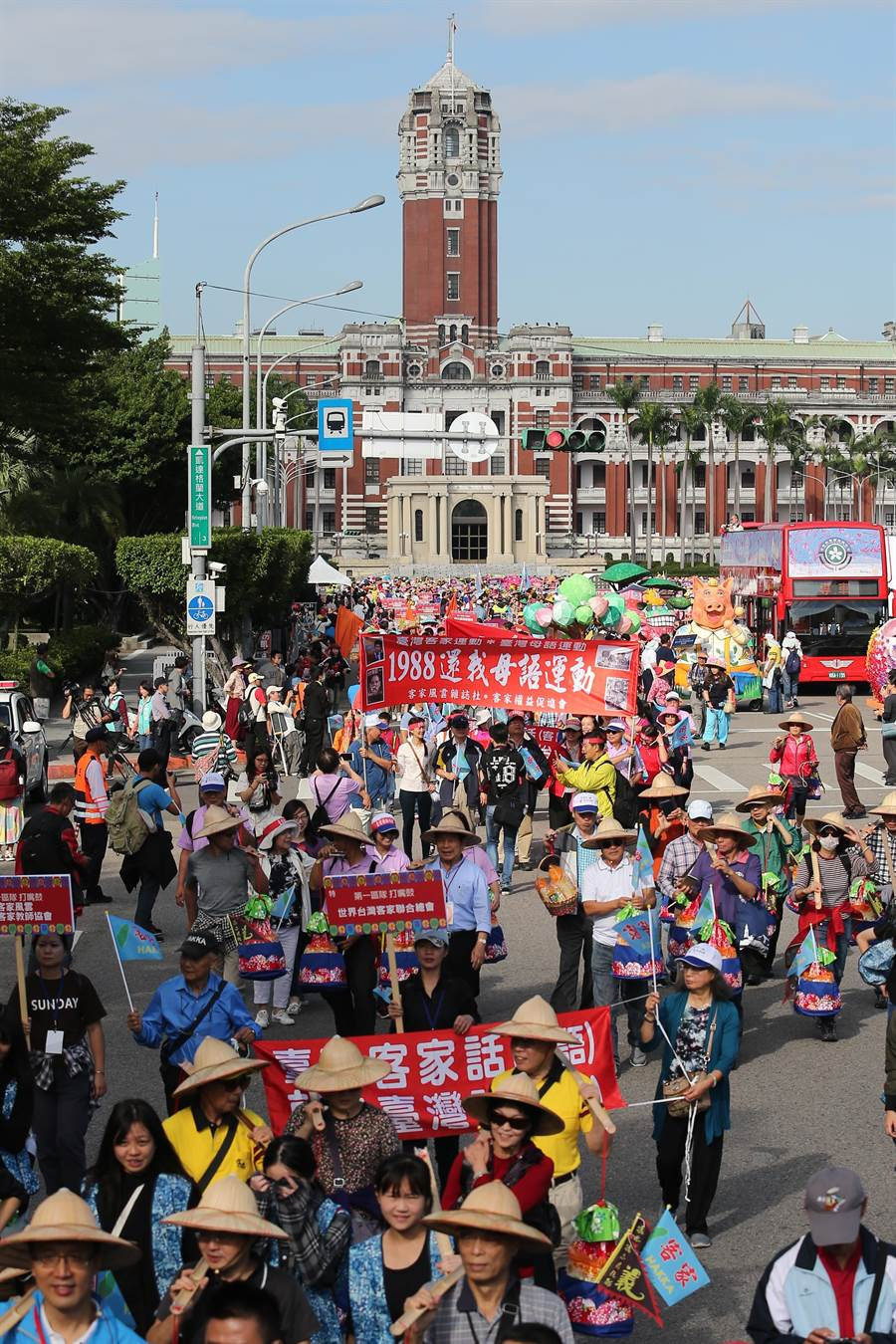 台北客家義民祭踩街遊行從總統府前凱達格蘭大道出發,一路前往台北市客家文化園區。(黃世麒攝)