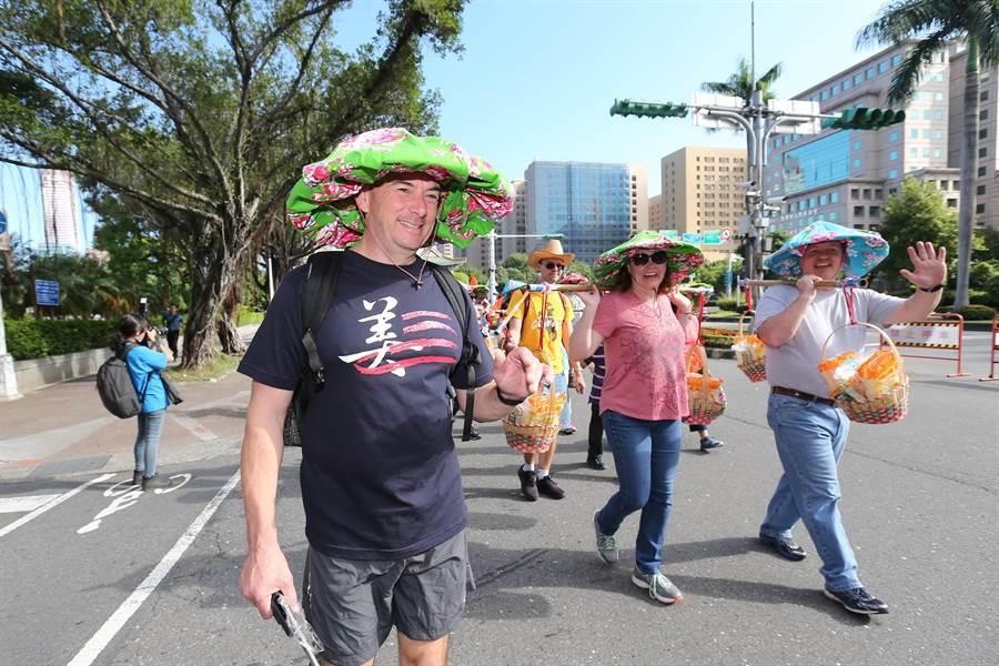 美國在台協會(AIT)人員也組隊參加踩街遊行。(黃世麒攝)