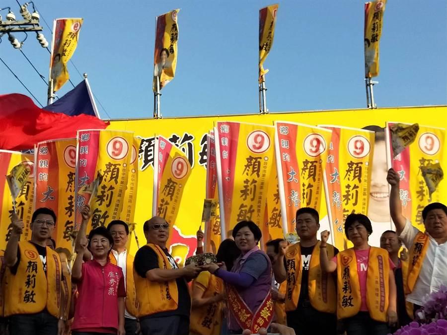 顏莉敏競選總部21日下午3點熱鬧成立,台中市長候選人盧秀燕、前台中市長胡志強等到場力挺。(陳淑娥攝)