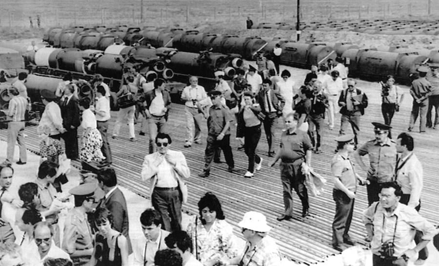 圖為由前蘇聯安排與外國記者共同見證銷毀蘇聯ss-12彈道導彈,地點在哈薩克斯坦首都阿拉木圖西北200公里的薩約則導彈試驗場。根據《中導條約》蘇聯總共銷毀了1752枚中程與中短程導彈。(圖/美聯社)