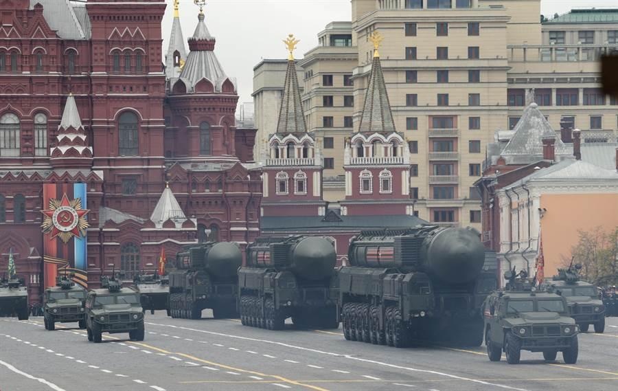 俄羅斯去年慶祝二次大戰勝利閱兵典禮上,展出了Topol M型洲際彈道導彈。(圖/美聯社)