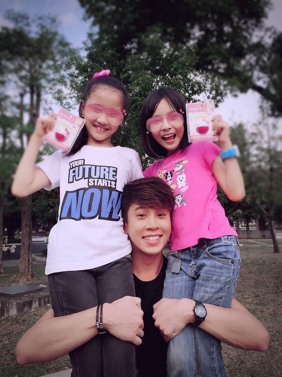 吳東諺經常帶白家綺的兩個女兒一起外出玩。(星之國際)